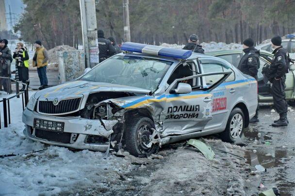 В Киеве пьяный мужчина протаранил автомобиль полиции охраны, правоохранители - в реанимации