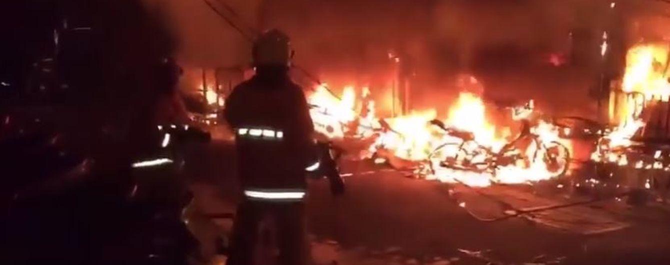 У Таїланді потужний вогонь охопив численні бари на пішохідній туристичній вулиці