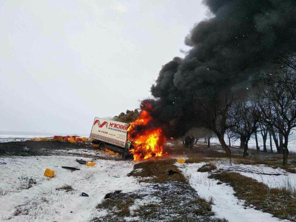 На Дніпропетровщині сталася моторошна ДТП з вантажівкою м'ясокомбінату: загинуло троє людей