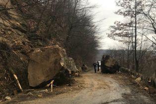 На Закарпатті на автодорогу зійшов селевий потік із кам'яними брилами, рух транспорту обмежено