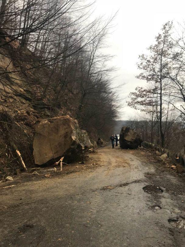 На Закарпатье на автодорогу сошел селевой поток с каменными глыбами, движение транспорта ограничено