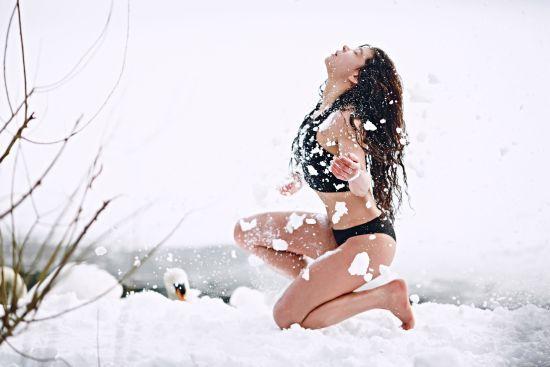 Спокусниця Руслана у купальнику просто на снігу влаштувала пікантну фотосесію