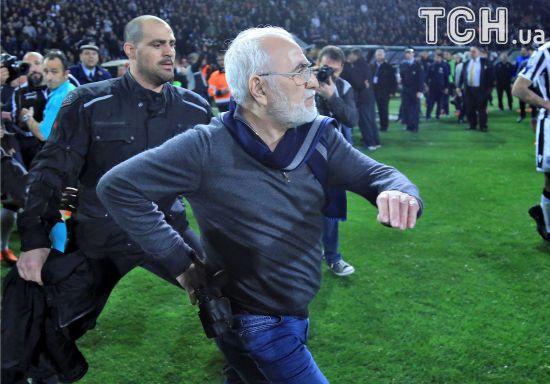 Російський власник ПАОКа зі зброєю перервав футбольний матч у Греції
