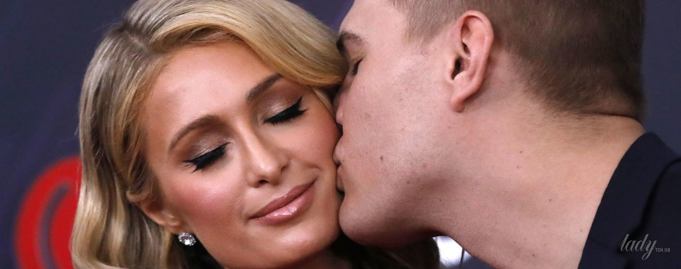 Красивое платье и поцелуи на красной дорожке: Пэрис Хилтон вышла в свет со своим женихом