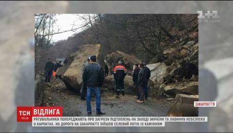 На Закарпатье огромные каменные глыбы упали на автодорогу