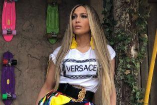 В пестрой юбке с разрезом: Дженнифер Лопес похвасталась ярким образом