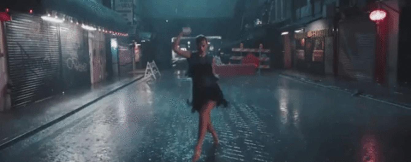"""""""Невидимая"""" Тейлор Свифт устроила странные танцы в лужах и в метро"""