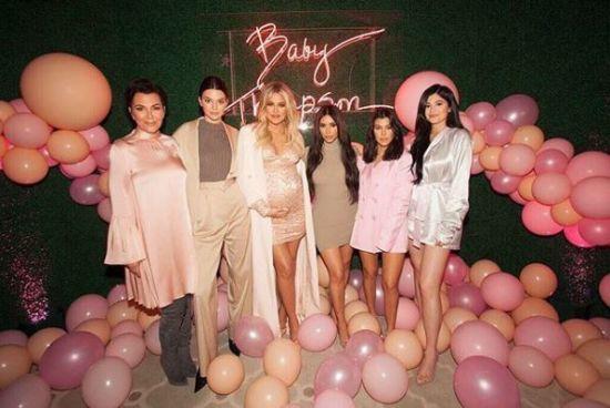 Вагітна Хлое Кардашян влаштувала сімейний baby shower у рожевих тонах