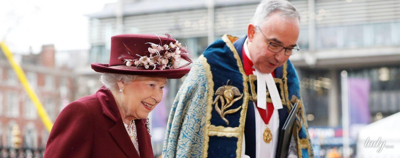 В пальто винного цвета и шляпе с цветами: элегантный образ королевы Елизаветы II на торжественной службе