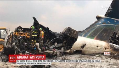 Десятки людей погибли во время крушения самолета в Непале