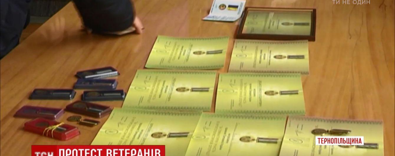 У Тернополі волонтери та АТОвці масово повертають президентські нагороди