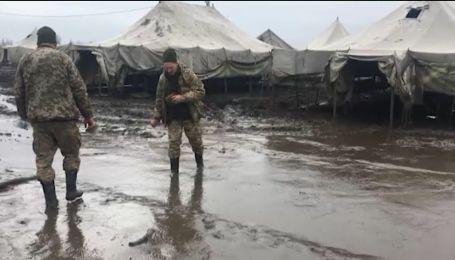 Украинская армия на учениях на полигоне Широкий Лан тонет в грязи
