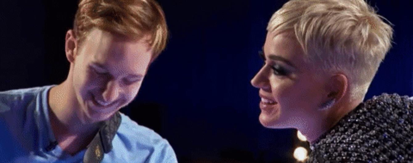 Кеті Перрі поцілувала 19-річного конкурсанта після зізнань, що він ніколи не цілувався