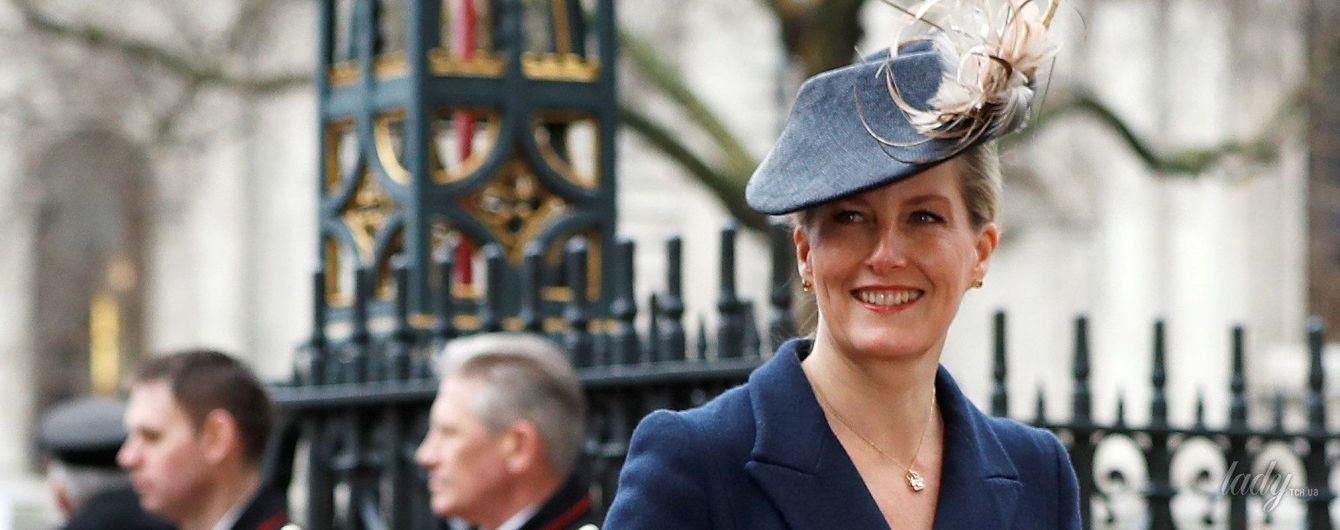 В синем пальто и с крокодиловым клатчем: графиня Софи на службе в Вестминстерском аббатстве