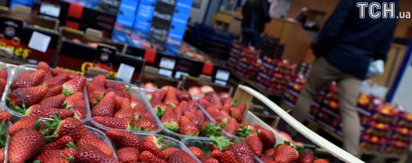 Красивая и большая: украинцы живо покупают первую клубнику по 100 гривен за кило