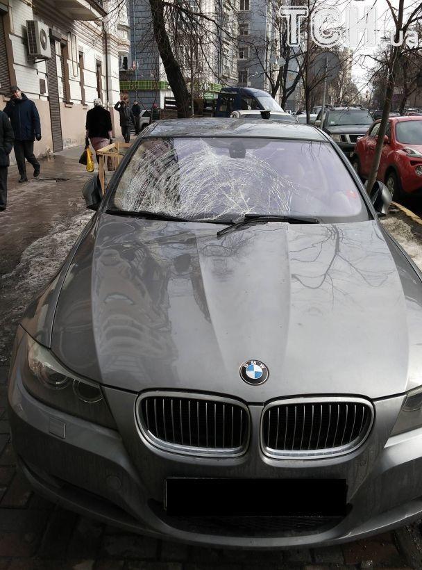 В центре Киева огромная сосулька упала на дорогой BMW