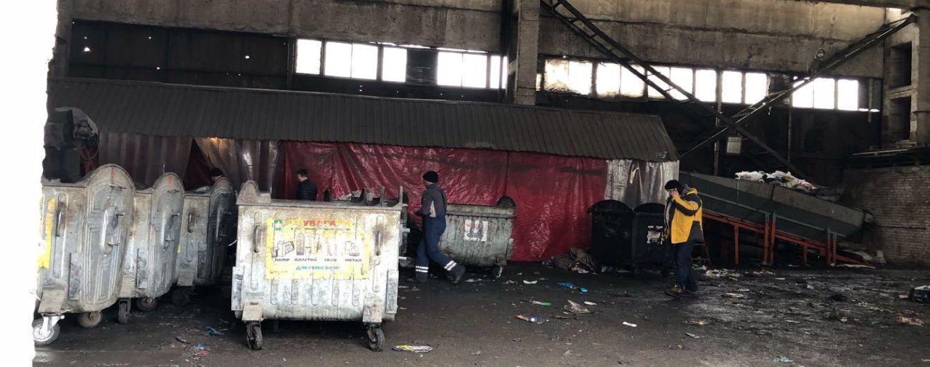 У Києві в сміттєвому контейнері на території заводу знайшли тіло немовляти