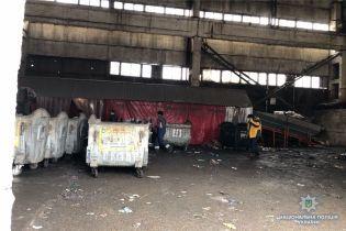 В Киеве в мусорном контейнере на территории завода нашли тело младенца