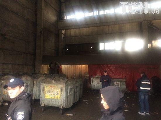 Матір немовляти, тіло якого знайшли у смітнику, шукають у Голосіївському районі