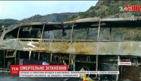 В Турции рейсовый автобус врезался в припаркованный грузовик