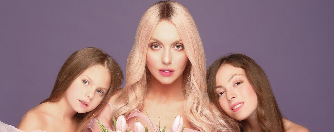 В розовых платьях и с распущенными волосами: Оля Полякова с мамой и дочками снялась в новом клипе