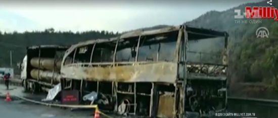 У Туреччині рейсовий автобус врізався у вантажівку: 13 пасажирів загинули