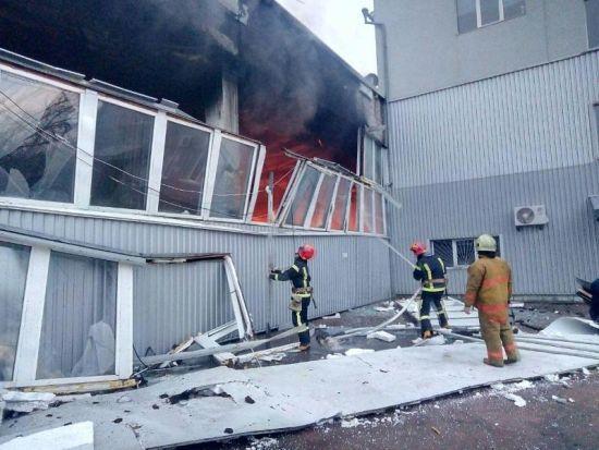 В Киеве сгорел огромный склад и едва не взорвались баллоны с газом и не загорелся офисный центр