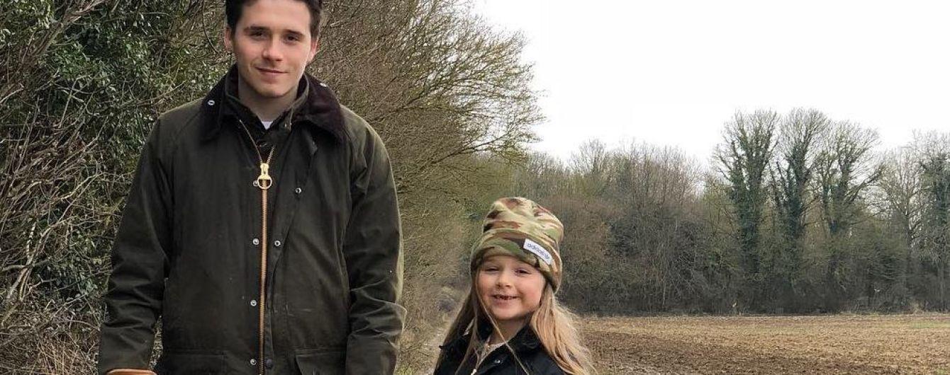 В резиновых сапогах по болоту: Бруклин Бекхэм показал, как проводит время с сестрой