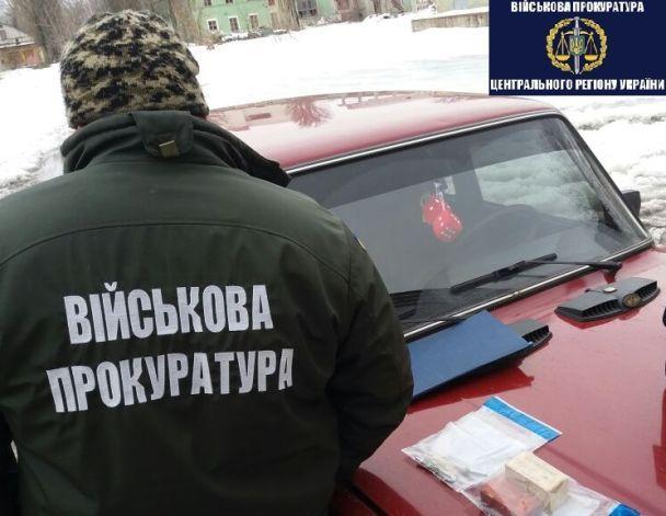 """На Чернігівщині затримали торговців зброєю, які отримували """"товар"""" від військових"""