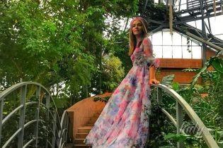 В платье с цветочным принтом и берете: весенний образ Кати Осадчей