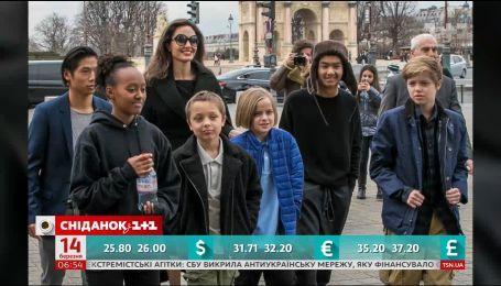 Анджелина Джоли принимает ванну вместе с детьми
