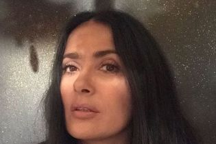 Сальма Хайек показала, как выглядит без макияжа