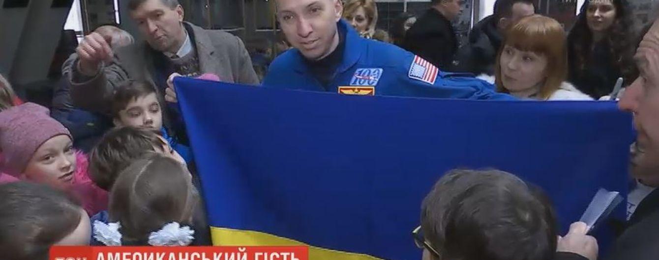 Астронавт із США, який розгорнув у космосі український прапор, прилетів до Дніпра