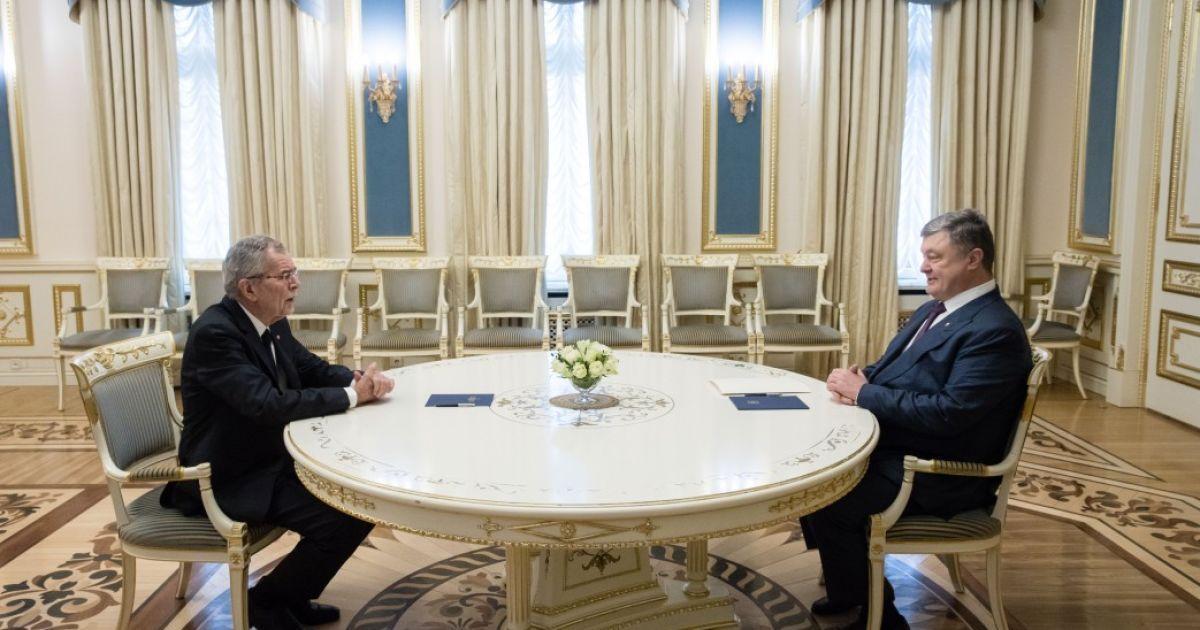 Під час зустрічі президента Австрії Порошенко підняв та одягнув на військового шапку, яка впала