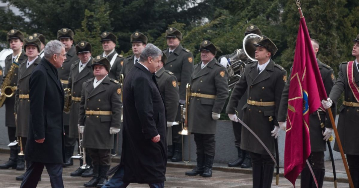Во время встречи президента Австрии Порошенко поднял и надел на воина упавшую шапку
