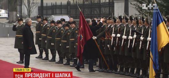 """""""Дуже приємно було"""": солдат почесної варти розповів про вдягнуту президентом шапку. Ексклюзив ТСН"""