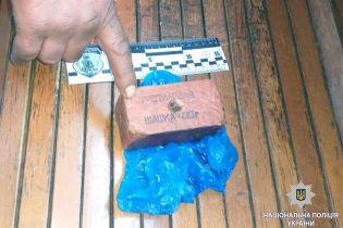 У Харкові біля вокзалу затримали чоловіка з вибухівкою