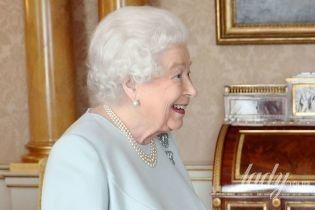 Как всегда, элегантна: королева Елизавета II провела прием во дворце