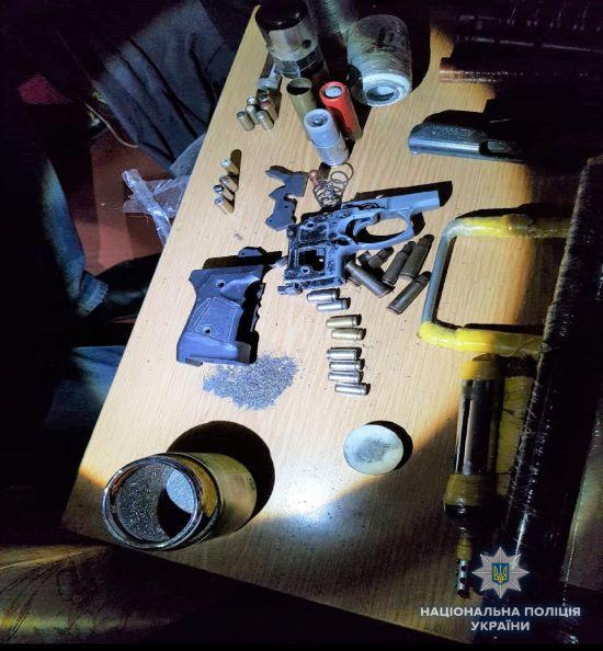 У затриманого за підрив гранати біля патрульних Києва вдома знайшли саморобну вибухівку і деталі зброї