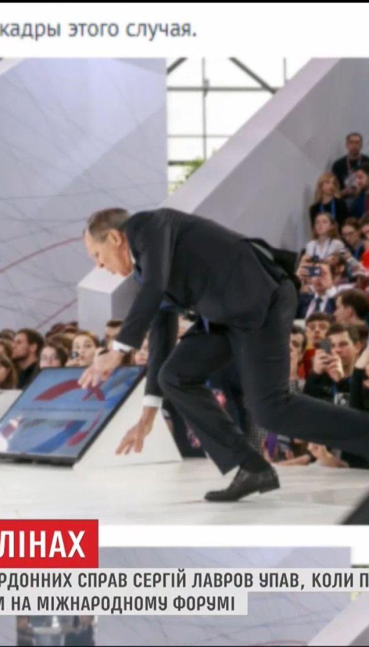 Соцсети распространяют фото Лаврова, который упал перед лекцией о возможностях РФ