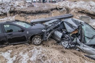 У Києві за ніч у будівельний котлован влетіли дві автівки, є травмовані