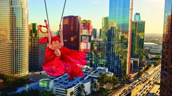 Невагома Дженніфер Лопес втілила образ повітряної гімнастки у ніжній фотосесії