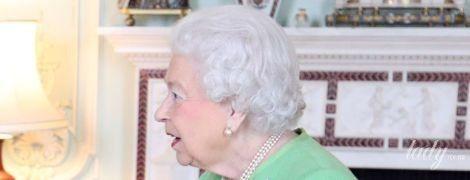 В мятном платье и с любимыми аксессуарами: королева Елизавета II продемонстрировала новый образ