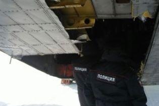 У Якутську росіяни шукають в засніженому полі золото, яке випало з літака