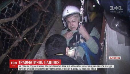 Жінка провалилася у 4-метрову яму, що утворилася через підмив ґрунту