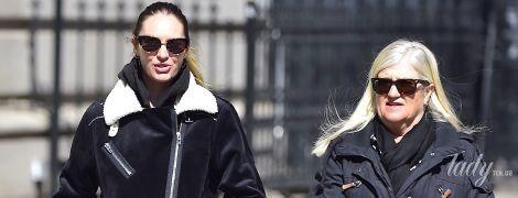 В дубленке и макси-юбке: беременная Кэндис Свэйнпоул прогулялась по Нью-Йорку с мамой