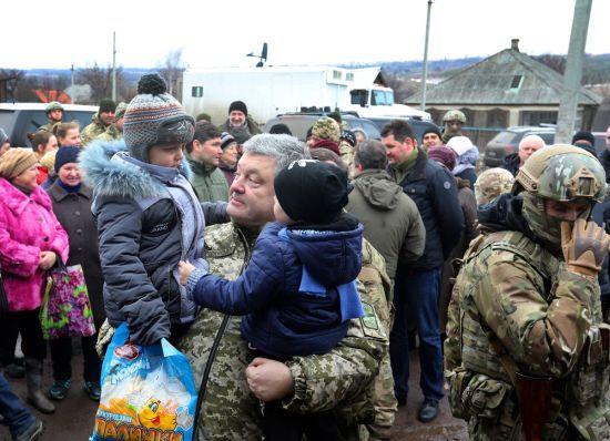 Порошенко відвідав військових у звільненій від терористів Катеринівці