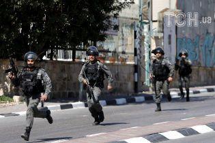 На Западном берегу Иордана палестинец на автомобиле въехал в группу израильских военных