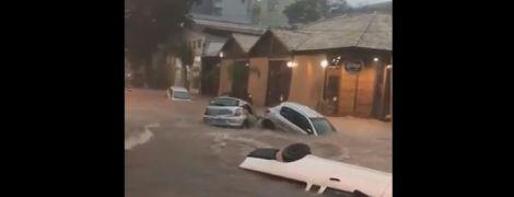 Потужний паводок змив автомобілі з міських вулиць у Бразилії