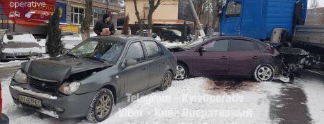 Неуправляемая фура в Вышгороде разнесла припаркованные машины